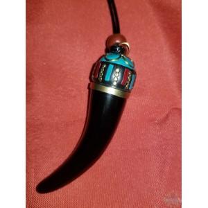 Pendentif dent noire   corde – 3.5″l